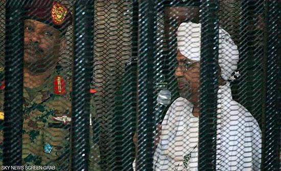 """بالصور.. الرئيس السوداني السابق في """"قفص الاتهام"""""""