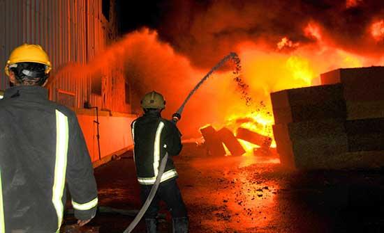 الدفاع المدني يخمد حريق مستودع في العاصمة عمان