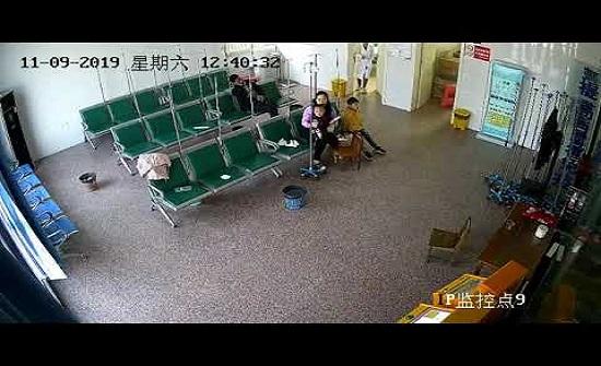 نجاة أم وأطفالها من سيارة اقتحمت مركزا صحيا