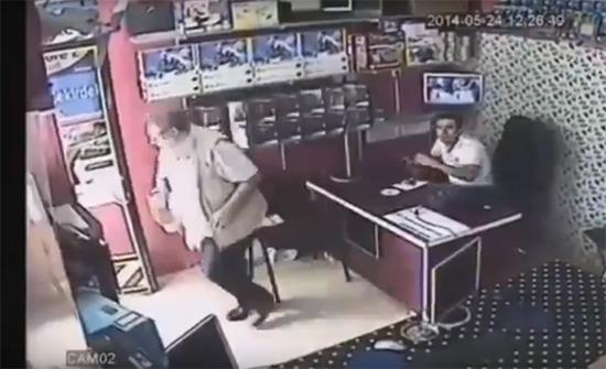 شاهد: أتراك لا يتخلون عن الشاي حتى أثناء الزلزال