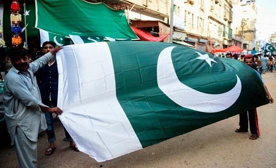 طالبان تعتذر لباكستان عقب نزع علمها عن شاحنات مساعدات