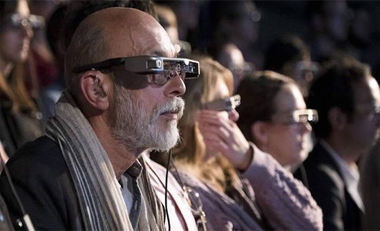 نظارات تعرض النصوص.. لمساعدة من يعانون صعوبات في السمع