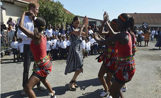 """بالفيديو... ميغان ماركل ترقص أفريقي في """"أول رحلة عائلية"""""""