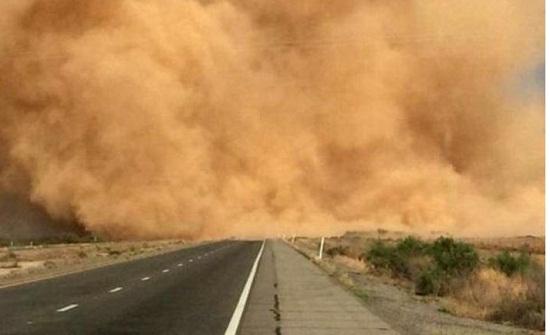 ازدياد كثافة الغُبار على بعض المناطق والطرق الصحراوية مع تدني كبير على مدى الرؤية الأفقية