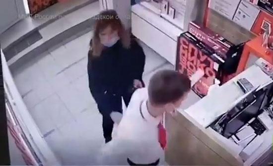 فيديو : امرأة تستخدم مسدسا صاعقا كهربائيا لسرقة هاتف محمول