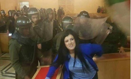 شاهد : لحظة اقتحام الشرطة الجزائرية المحاكم وفض إضراب القضاة بالقوة