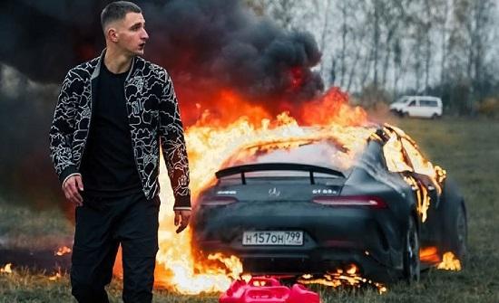 روسي يحرق سيارة مرسيدس بقيمة 170 ألف دولار (فيديو)