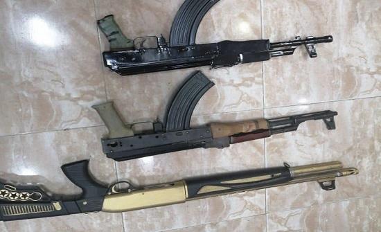 ضبط اسلحة نارية اوتوماتيكية واصحابها بعد ظهورهم في فيديوهات الانتخابات