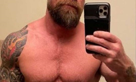 """""""لم يستطع حمل هاتفه"""".. رجل مفتول العضلات ينشر صورة صادمة له بعد كورونا"""