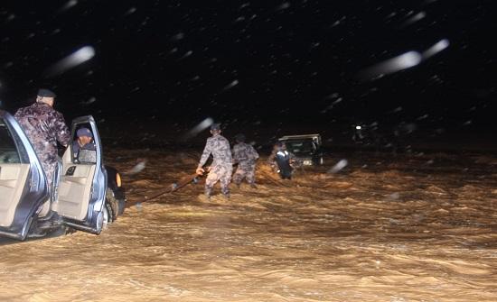 بالصور : إنقاذ 4 اشخاص حاصرتهم مياه الامطار في جرف الدراويش