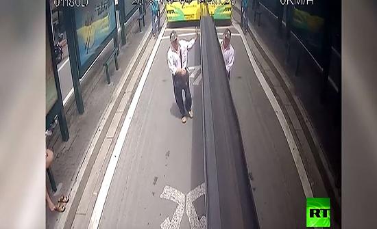 شاهد : سائقو حافلات يساعدون مسنا في مطاردة لص