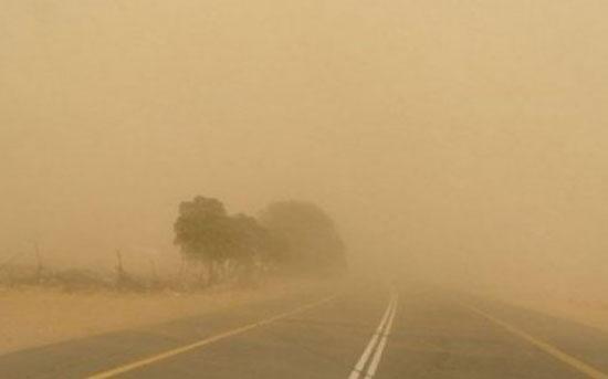 غبار كثير على الطريق الصحراوي (فيديو)