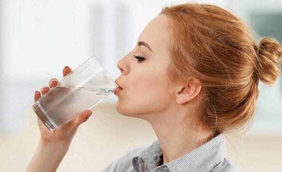 تعرّف إلى أضرار شرب الماء قبل وبعد تناول الأكل!