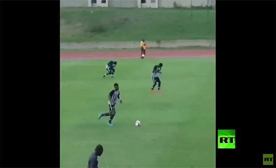 فيديو : برق يصعق لاعبي كرة قدم خلال التدريبات