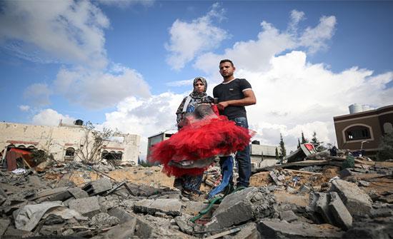 بالصور : العدوان على غزة يغتال فرحة عروسين بتدمير منزلهما