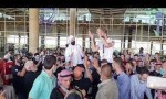 بالفيديو  : استقبال مهيب للبطل الشرباتي لدى وصوله المطار