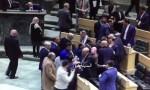 بالفيديو  : هكذا تلقى الرزاز والحكومة تهاني النواب بعد اقرار الموازنة