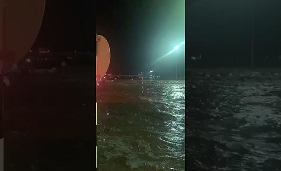 شاهد : السيول تجرف المركبات في سلطنة عمان