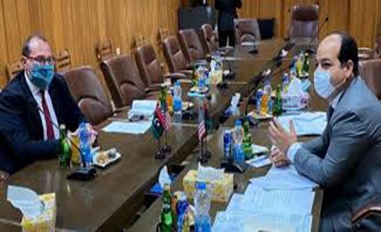 القائم بأعمال السفارة الأمريكية بليبيا يزور مصراتة للتشاور مع القادة الليبيين بشأن الوضع بسرت