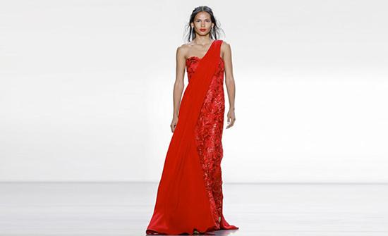 صور : فساتين سهرة باللون الأحمر تزيد من طول القامة