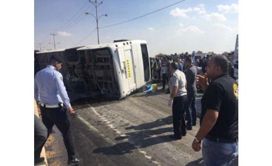 إصابة (13) شخص اثر حادث تدهور حافلة في العقبة