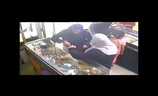 فيديو : سرقة محل للمجوهرات  من قبل ثلاث نساء