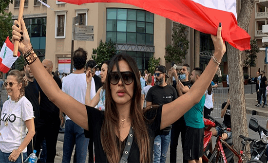 """فيديو : نادين نسب نجيم تشارك في التظاهرات.. وتهتف """"ثورة.. ثورة"""""""