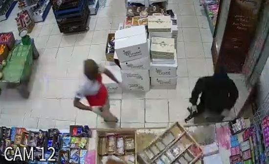 شاهد: ملثمون يحملون سلاح رشاش يقتحمون بقالة داخل محطة بنزين بـالسعودية