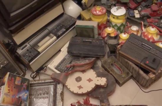 أردني يحتفظ بمتحف مقتنيات قديمة بالرياض ويمنع تنظيفه من الغبار