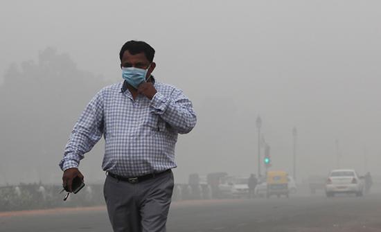 بالفيديو : هواء سامٌّ يصيب 20 مليون شخص بدلهي الهندية ...يعيشون على الكمامات