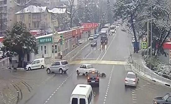 حاث مروّع.. اصطدمت سيارة بأخرى فقُذف الراكب إلى الشارع (فيديو)