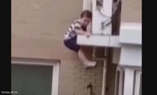 بالفيديو.. الصين :  رجل ينقذ طفلا من الموت بعد سقوط مخيف