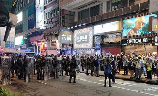 """هونغ كونغ.. الزعيمة تحذر واشنطن و""""تهادن"""" المحتجين"""