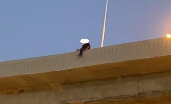 شاب يهدد بالانتحار من على دوار المدينة