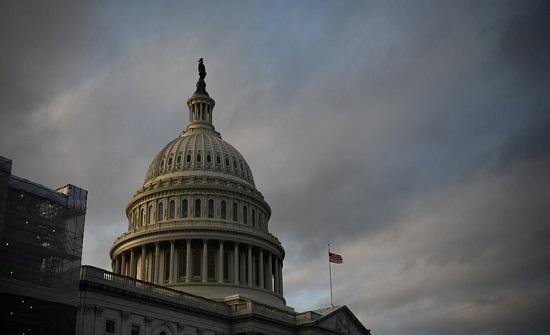 """غلق مبنى الكونغرس الامريكي بسبب """"تهديد أمني"""" و إصابة شرطيين .. بالفيديو"""
