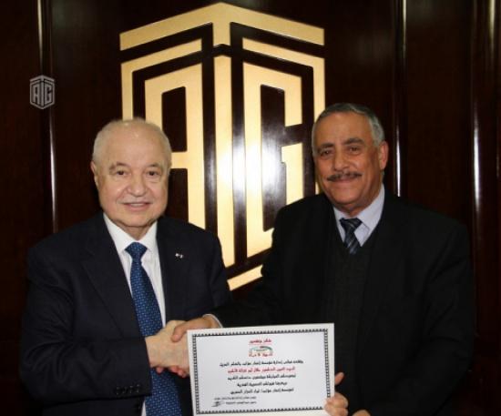 منح أبوغزاله درع مؤسسة إعمار مؤاب وشهادة العضوية الفخرية