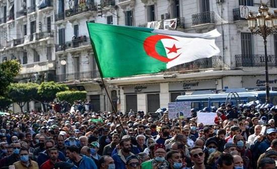 آلاف الجزائريين يتظاهرون في الاسبوع الثاني من استئناف مسيرات الحراك .. بالفيديو