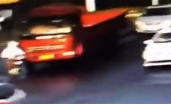 (فيديو) : غباء امرأة يتسبب في تعرضها لحادث دهس