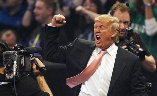 شاهد كيف تخلص ترامب من فيروس كورونا في مباراة للمصارعة .. بالفيديو