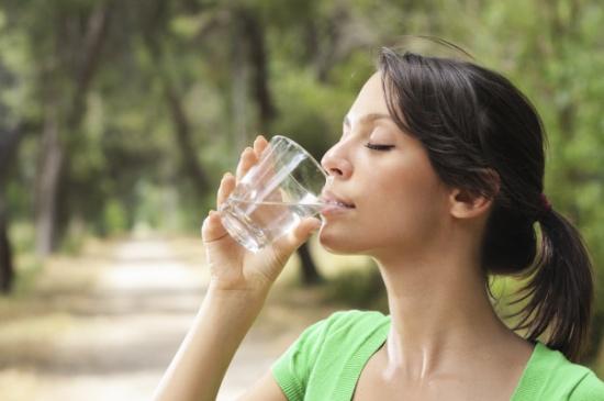 5 علامات على أنك تشرب ماء أكثر من اللازم منها تورم الشفاه