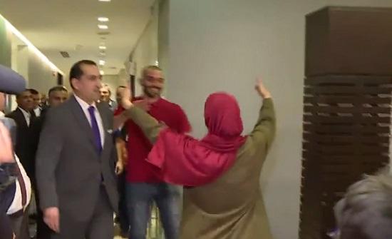 بالفيديو : شاهد لحظة وصول الاردنيين اللذين كانا معتقلين في مصر