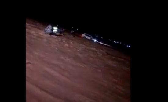 بالفيديو : مياه الامطار تجرف مركبة بداخلها شخصين على طريق المفرق الصفاوي