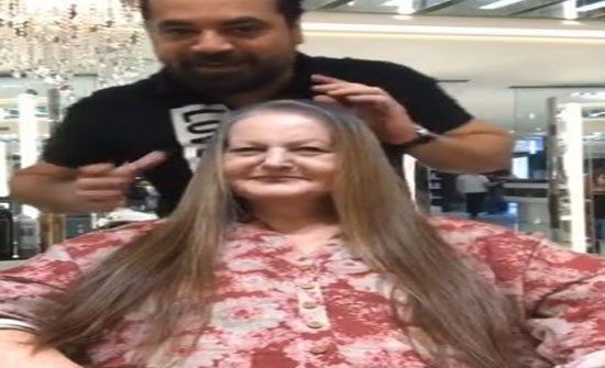 مصفف شعر يغير شكل امرأة مسنة بطريقة مذهلة (فيديو)