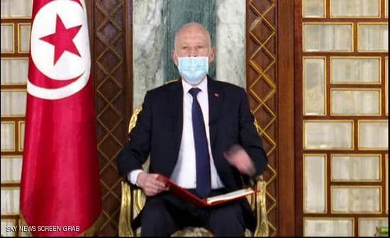 رئيس تونس يؤكد حرصه على بناء دولة القانون والتمسك بالدستور
