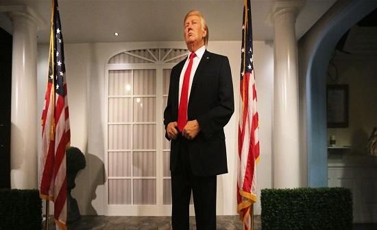 بعد خسارته بالإنتخابات.. تمثال ترامب الشمعي يبدّل ملابسه! (صورة)