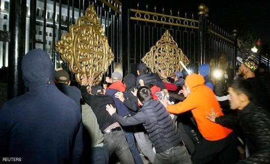 متظاهرون يحرّرون رئيس قرغيزستان السابق أتامباييف من سجنه