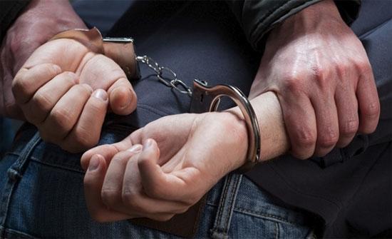 القبض على عربي سلب مبلغ مالي وآخر سرق 12 منزلا