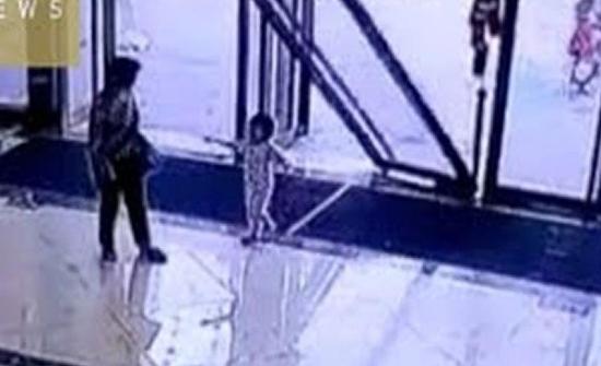 فيديو : لقطات مروعة للحظة سقوط باب زجاجي على رأس طفلة