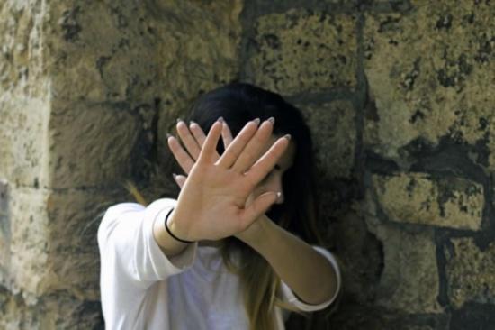 """""""فتاة عشرينية تعرضت للاغتصاب على يد عجوز """"ووالدها يجبرها على الزواج به درءاً للفضيحة!"""