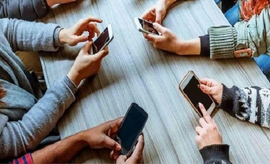 إحصائيات مخيفة لإدمان الهواتف الذكية تظهر نتائج مرعبة